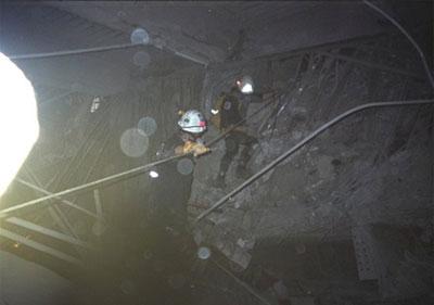 Kurt en zijn teamleden dalen af in een van de holtes onder de restanten van het WTC