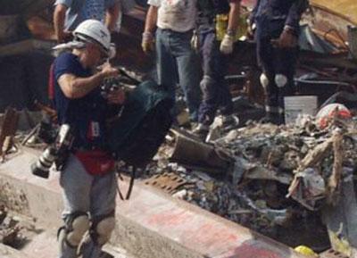 Kurt aan het filmen tussen het puin van het WTC