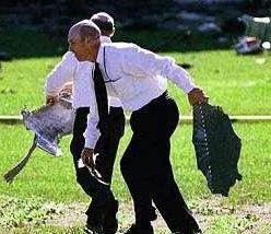 Pentagon-medewerkers die meehelpen om brokstukken op te ruimen.