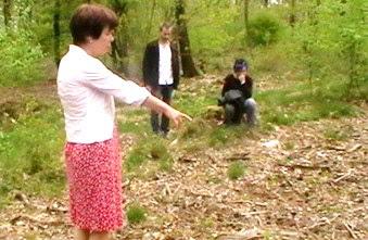 Toos Nijenhuis wijst de plek in het bos aan waar haar dochter getuige was van de moord op drie kinderen.