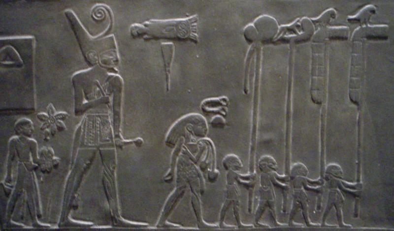 Egyptenaren beeldden mensen in verschillende groottes af, wellicht moeten we dit heel letterlijk nemen.