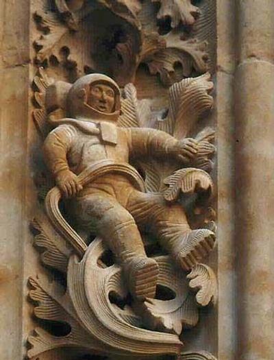 Astronaut op een pilaar van de Salamanca Kathedraal