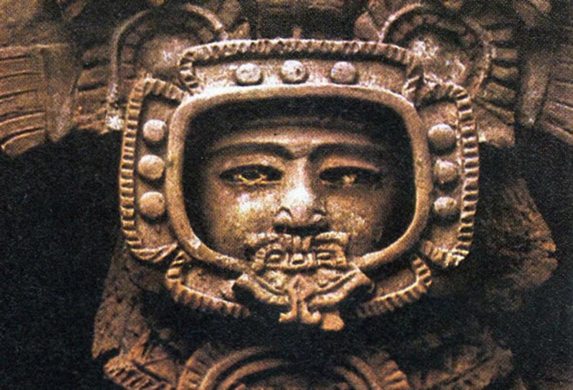 Antieke stenen figuur afgebeeld op Maya tempel in Tikal Guatemala