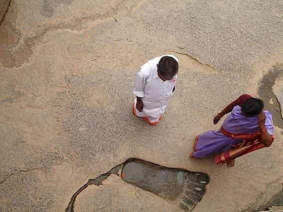 Reuzen voetafdruk in steen bij de Lepakshi tempel in India.