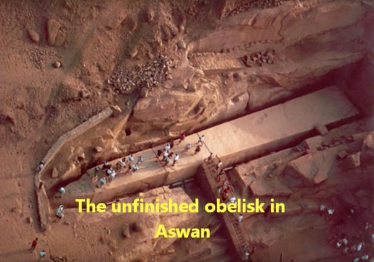 Bovenaanzicht van Aswan obelisk, waaruit blijkt hoe groot de voetafdruk in verhouding tot de huidige mens is.