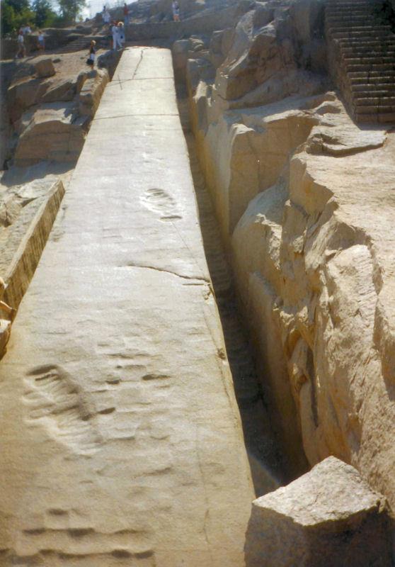 Gigantische voetafdruk in een nooit afgemaakte Aswan obelisk. De haksporen wijzen tevens op het gebruik van reusachtig gereedschap, zoals ook uit de onderstaande video blijkt.