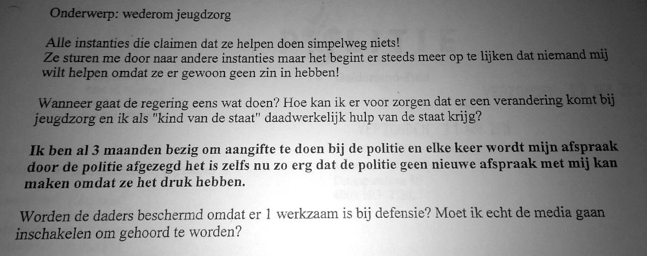 Detail uit een email naar de politie, waarin Dominique zich beklaagt dat ze al 3 maanden geen aangifte kan doen tegen haar pleegvader en -broer.