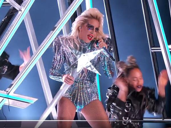 Lady Gaga met staf en ster