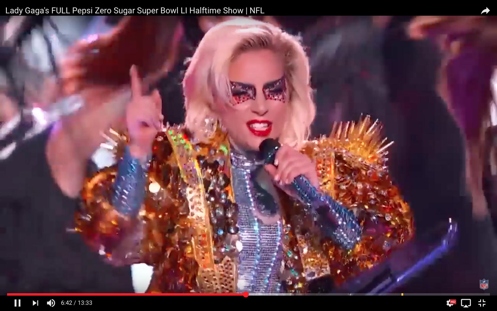 De franjes op het jasje van Lady Gaga waaieren uit als zonnestralen