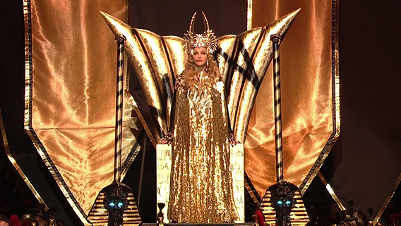madonna-super-bowl-on-throne