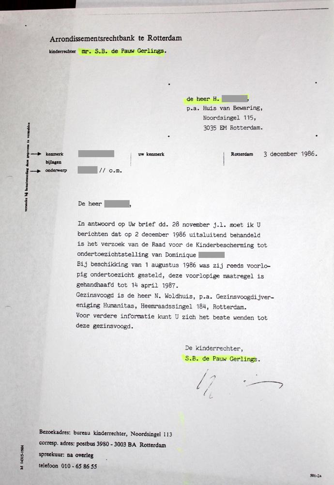 Uit correspondentie met kinderrechter S. B. de Pauw-Gerlings blijkt dat Dominique's biologische vader voor haar wilde zorgen. De Pauw-Gerlings wijst zijn verzoek af en verwijst naar de gezinsvoogd van Humanitas. Dit terwijl ze pas 5 maanden later de plaatsingsbeschikking op naam van de gezinsvoogd zou afgeven, pas nádat het pleeggezin in Tilburg is gevonden.