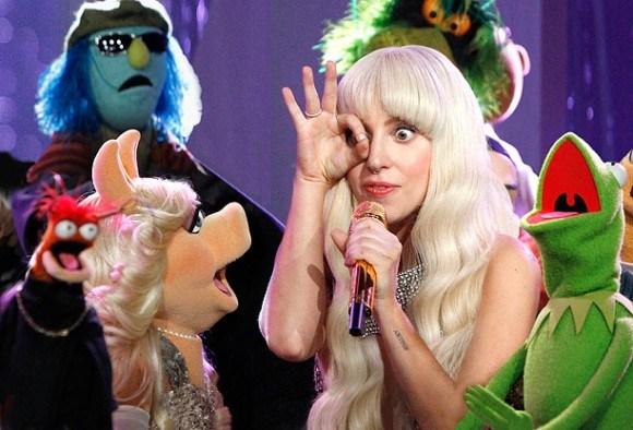 Lady Gaga in Muppet show, alziende oog en 666 handgebaar.