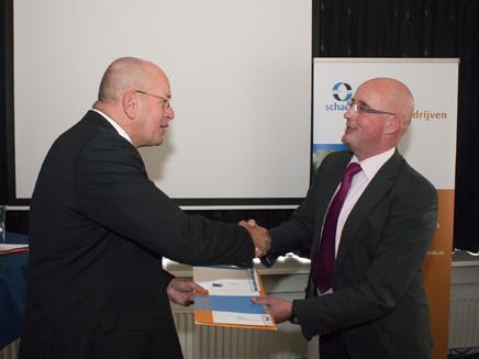 Staatssecretaris Teeven van Veiligheid en Justitie overhandigde in Rijswijk de 100.000e aanvraag aan Ludo Goossens (voorzitter commissie Schadefonds Geweldsmisdrijven).