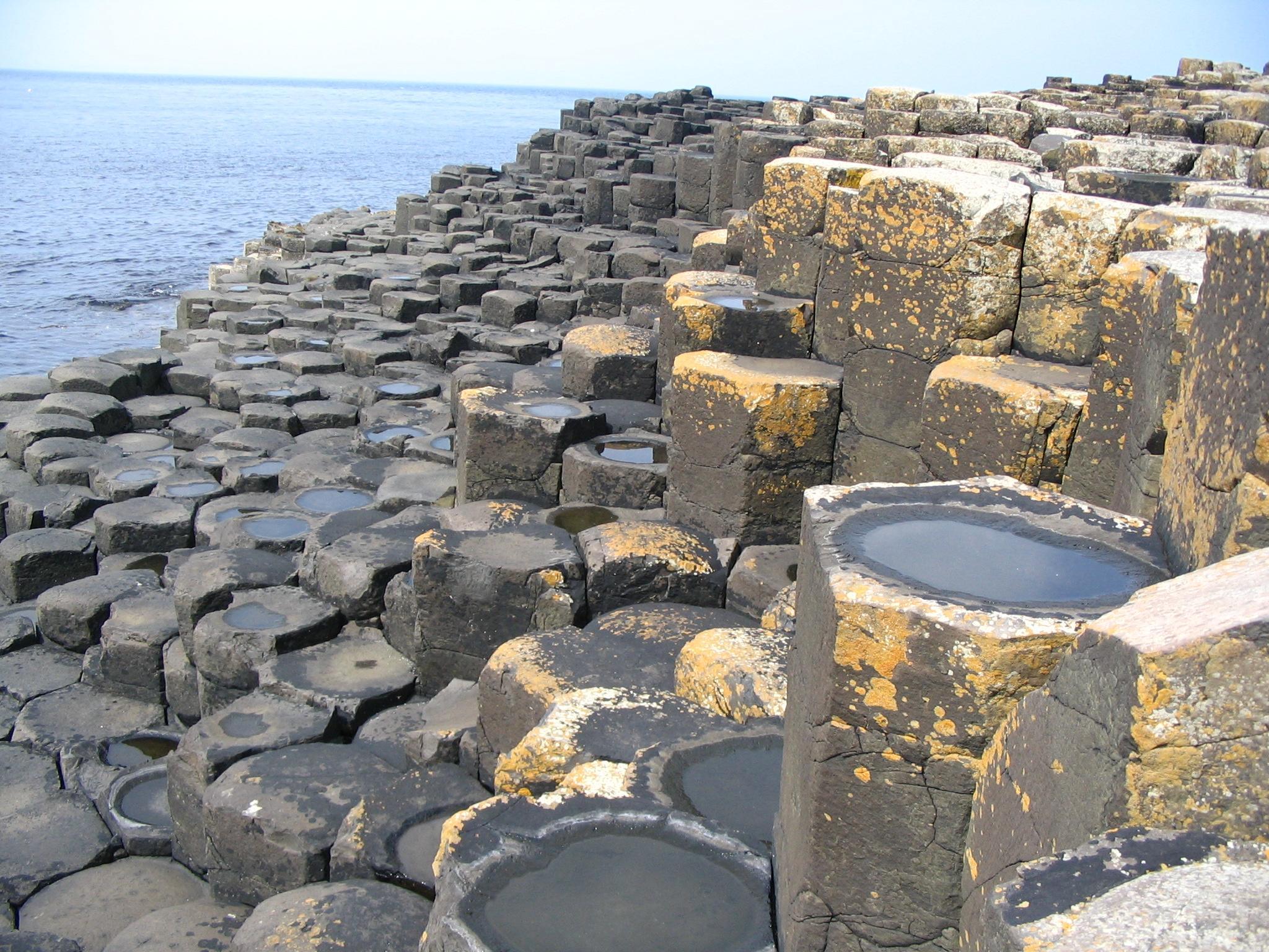 Wie de strakke geometrische polygonen bekijkt, krijgt eerder de indruk van een door de mens (of andere beschaving) gecreëerd bouwwerk, dan dat deze rotsblokken het resultaat zouden zijn van een natuurfenomeen, zoals een vulkaanuitbarsting
