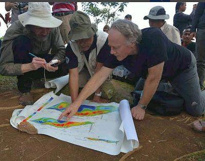 Drs. Danny Hilman (midden) senior geoloog werkzaam bij het Indonesisch Centrum voor Geotechnologie en Graham Hancock (rechts) die de geoscans van Gunung Padang bestuderen.