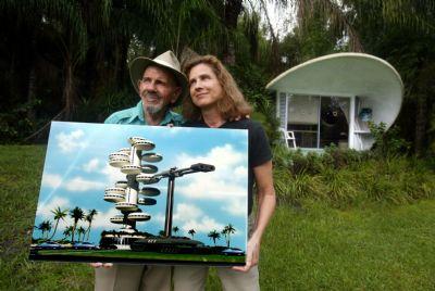 Jacque en Roxanne voor hun woning in Venus, Florida