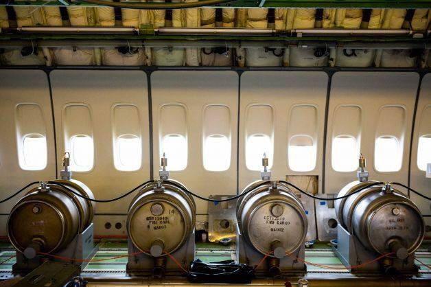 Chemische tanks in vliegtuig.