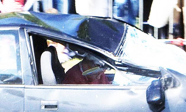 Foto van Suzuki terwijl deze richting de Naald scheurt, waarbij het hoofd van de bestuurder voorover hangt. Het lijk er sterk op dat hij dan al bewusteloos is.
