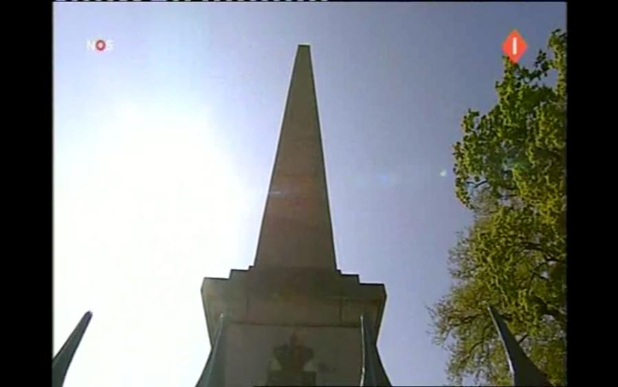 Obelisk is vlak voor de crash pontificaal in beeld.