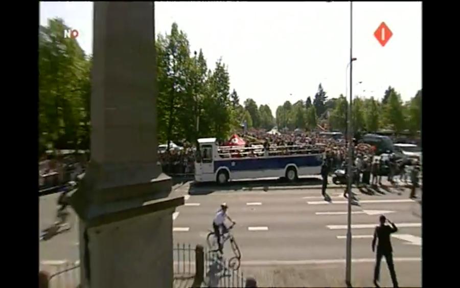 Screenshot van obelisk en koninklijke bus vlak voor de crash.
