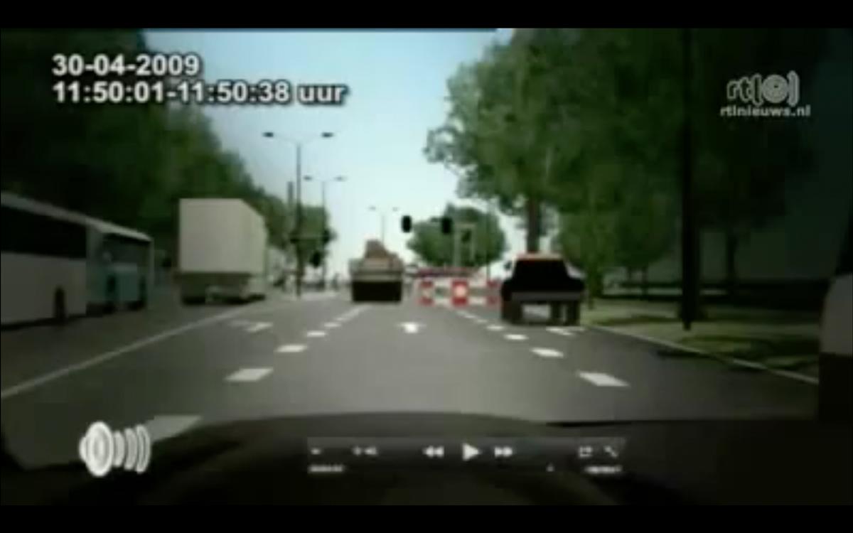 Achter de geparkeerde voortuigen stond de mensenmenigte rijendik. De bestuurder had daardoor geen zicht op de bus op de kruising.