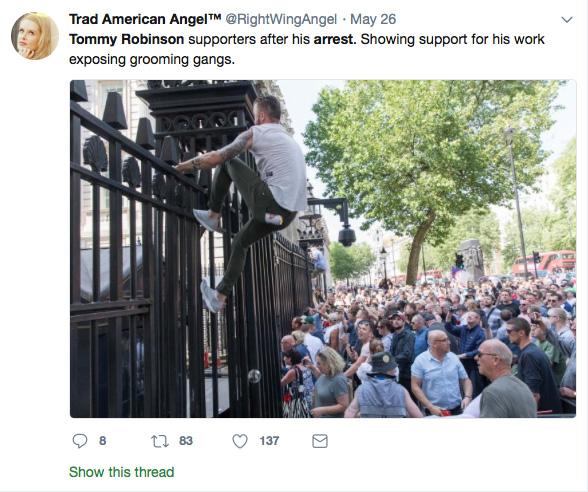 Demonstrant klimt op hek van 10 Downing Street.