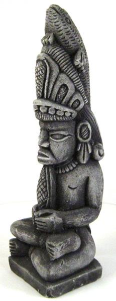 Beeld van Maya-god Yum Caax met vissen-/reptielenkop. Ook hij houdt een maiskolf vast.