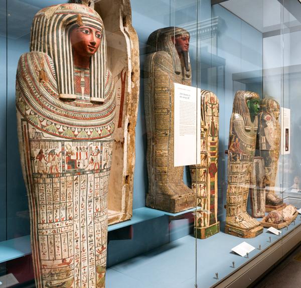 Egyptische sarcofagen hebben een platte en verbrede onderkant, zodat ze rechtop gezet konden worden.