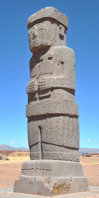 Beeld 'El Fraile' uit Bolivia. Ook dit beeld draag in elke hand een voorwerp, zoals de Soemerische beelden.