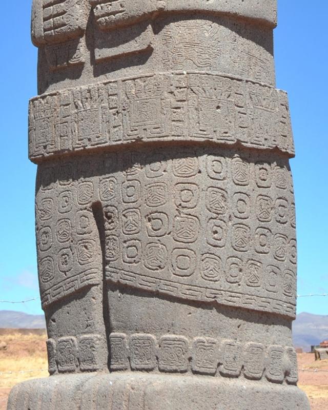 De gegraveerde decoratie op het Bolivische beeld doet denken aan gestileerde vissenkoppen.