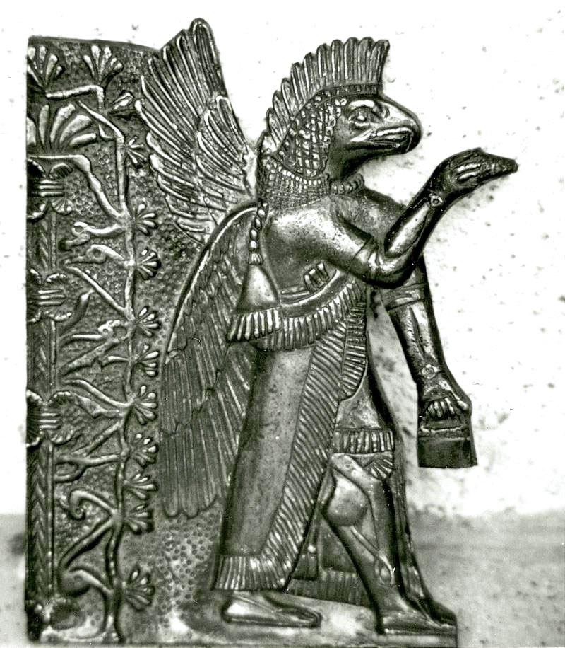Beeld uit Ecuador met vogelkop, vleugels, voorwerpen en pose die sterk lijkt op het Soemerische Apkulla-beeld.