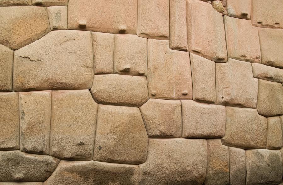 Bouwwerken met veelvormige stenen in Zuid-Amerikaanse monumenten. Hier een fragment van een muur uit het Inca-tijdperk.