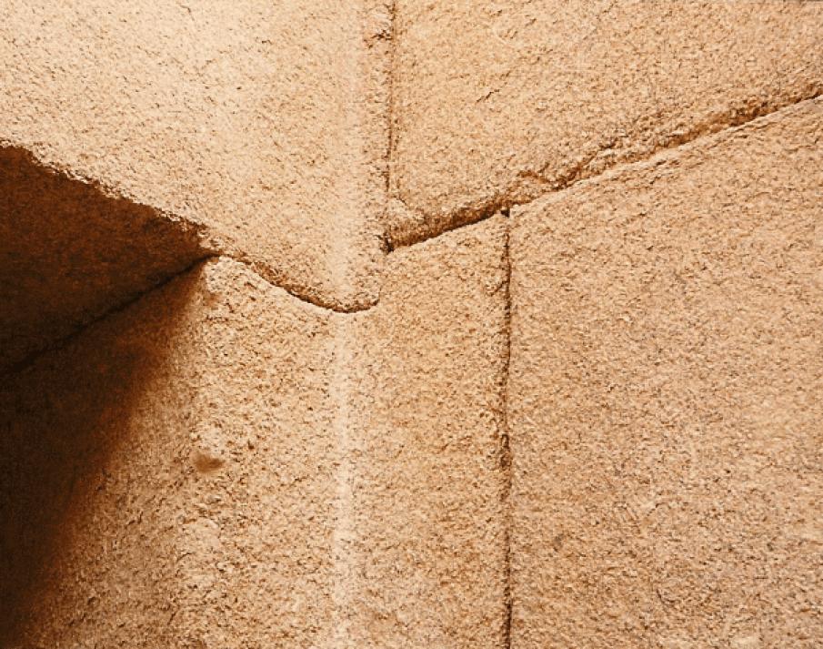 De kollosale stenen zijn niet alleen loodzwaar, maar passen als reusachtige driedimensionale puzzelstukken naadloos in elkaar.