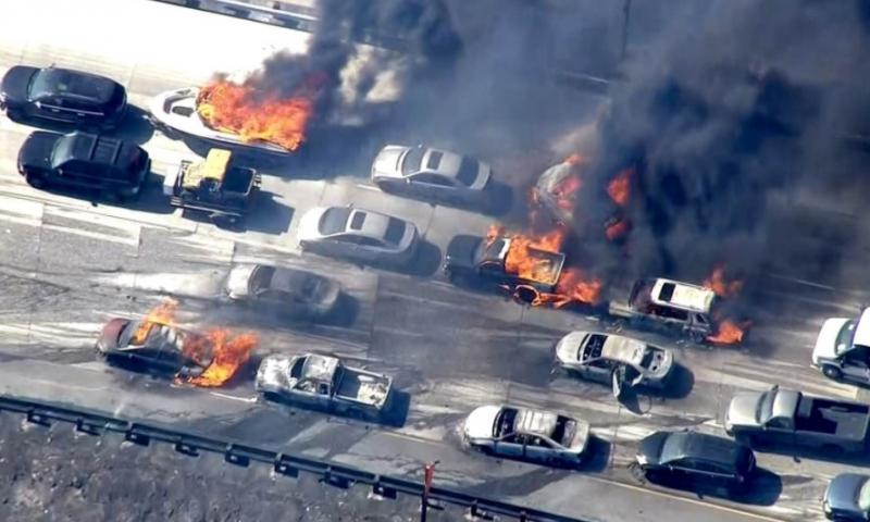 Auto's vatten een voor een vlam, terwijl er geen brand is in de omgeving van de snelweg.