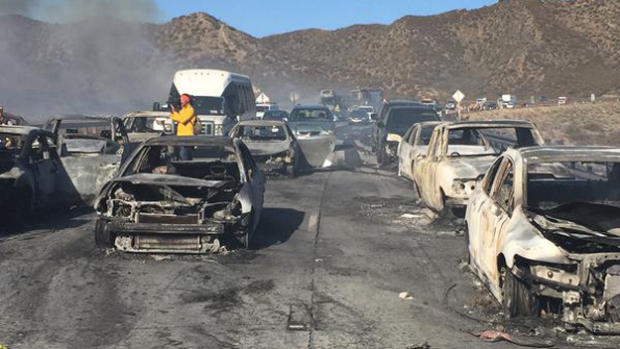 Volledig uitgebrande auto's met de portieren nog dicht. Konden de bestuurders niet op tijd wegkomen?