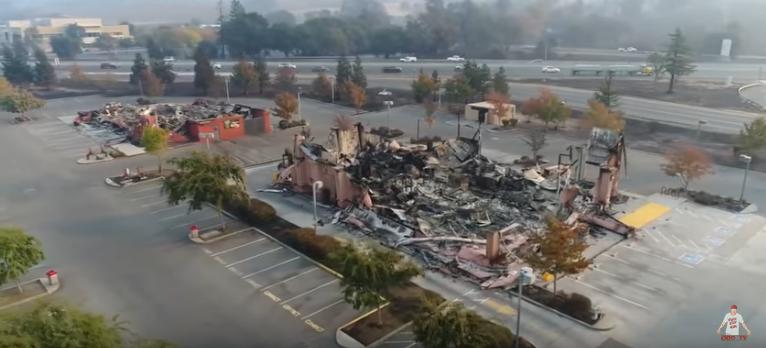 Twee volledig uitgebrande bedrijven, maar geen doorlopend spoor dat de brand is overgeslagen naar het pand ernaast. Het zijn afzonderlijke branden geweest.