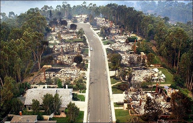 Huizen in deze straat zijn grotendeels verwoest, maar de meeste bomen in de omgeving zijn niet verbrand.