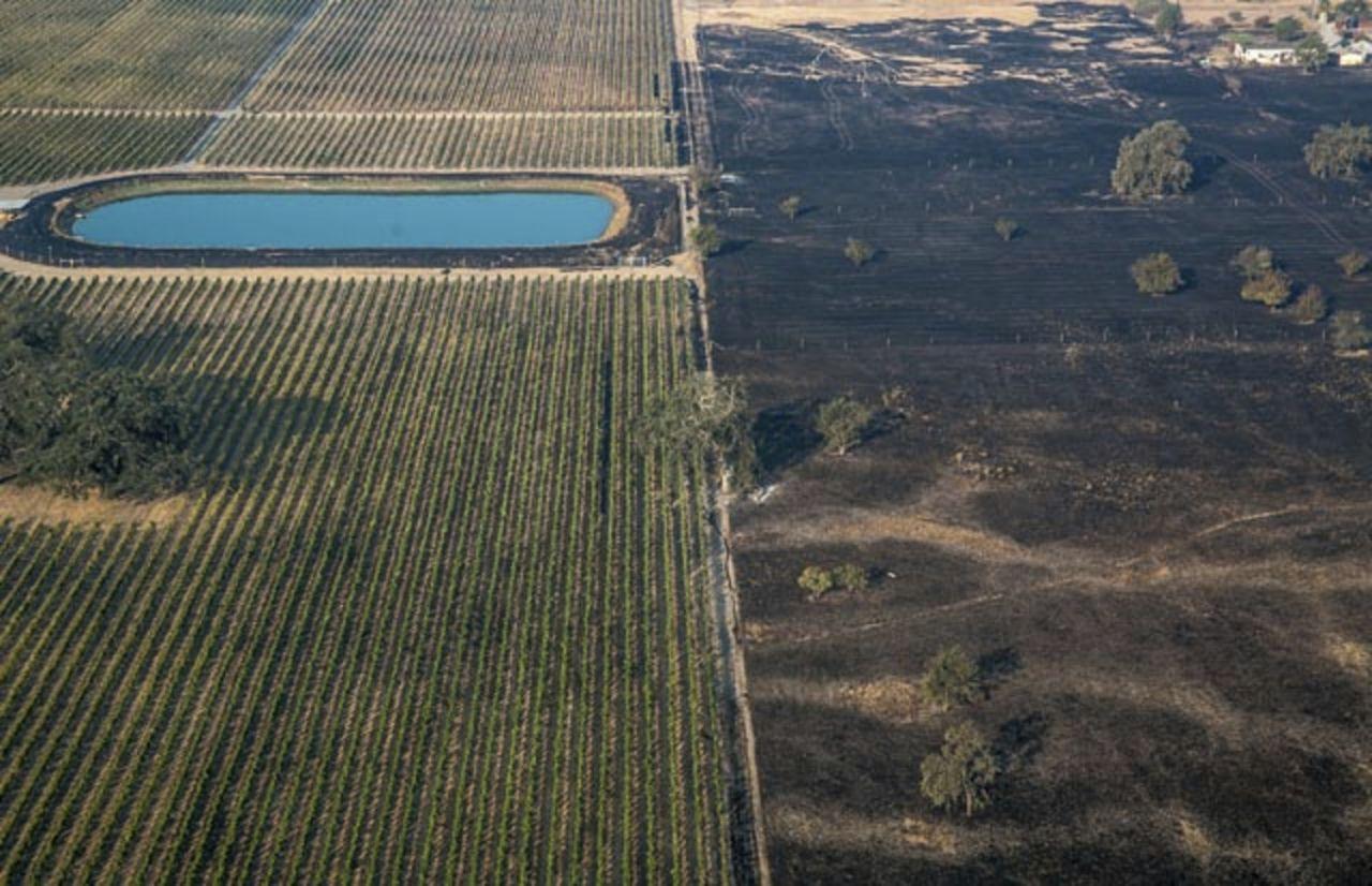 Natuurbranden met enorme rukwinden die zich keurig houden aan scheidingen van kaarsrechte landsgrenzen?