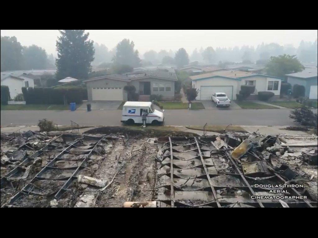 Er blijft nauwelijks iets over van de verbrande huizen en het interieur.