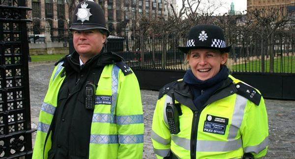 Karakteristieke hoofddeksels van de Britse politie met de zwart-wit geblokte rand.