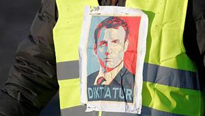 Macron wordt als dictator afgebeeld, zijn aftreden wordt geëist.
