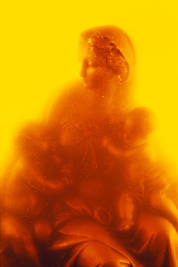 Mariabeeld in urine gefotografeerd.