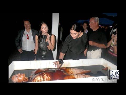 Spirit Cooking performance met Lady Gaga en een referentie naar kannibalisme.