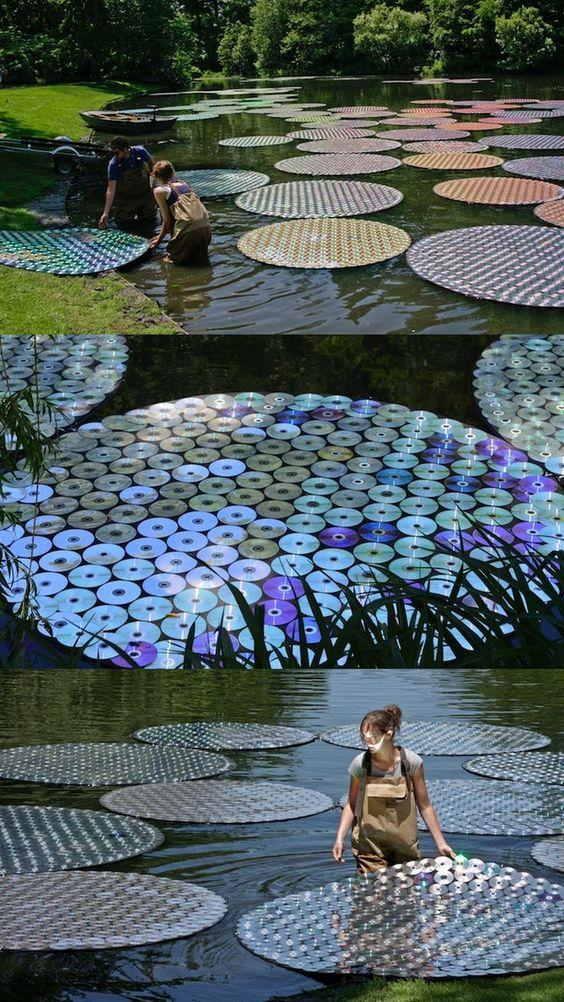 De Sprookjesachtige installatie van de Britse kunstenaar Bruce Monro is van gerecyclede cd's gemaakt.