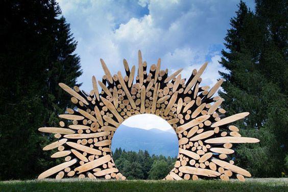 De sculptuur van Lee Jae Hyo werkt als het ware als een schilderijlijst, en een doorkijk om met andere ogen naar het landschap te kijken.