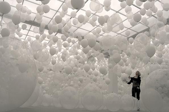 De installatie van William Forsythe met honderden witte ballonnen kan de ervaring van tijd en ruimte veranderen.