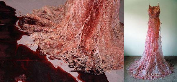 Bloedende jurk met een detailfoto.
