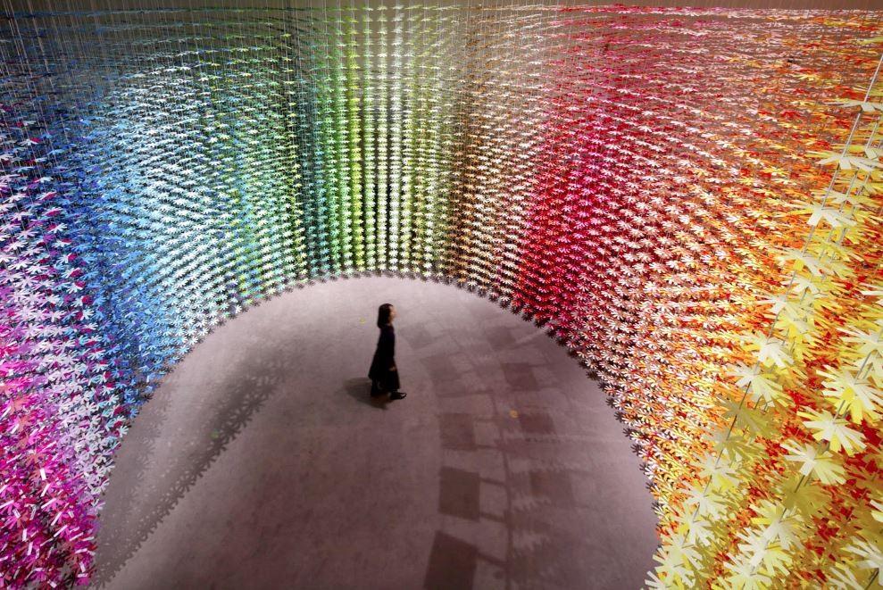 Installatie van Emmanuelle Moureaux met 2500 papieren bloemen