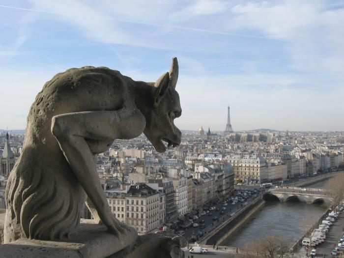 De Notre Dame zit vol met duistere en occulte symboliek, zoals de monsterlijke drôleries van de Galerie des chimères.