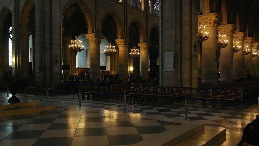 De zwart-witte tegelvloer zien we ook in de Vrijmetselaarstempel. De kathedraal is gebouwd door de Tempeliers, de spirituele voorgangers van de Vrijmetselaars.